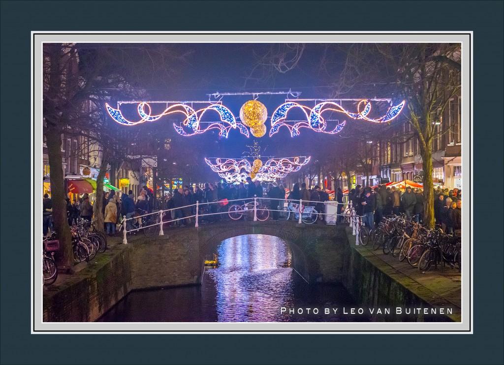 Topdrukte op de Hippolytusbuurt in Delft tijdens de jaarlijkse Lichtjesavond.